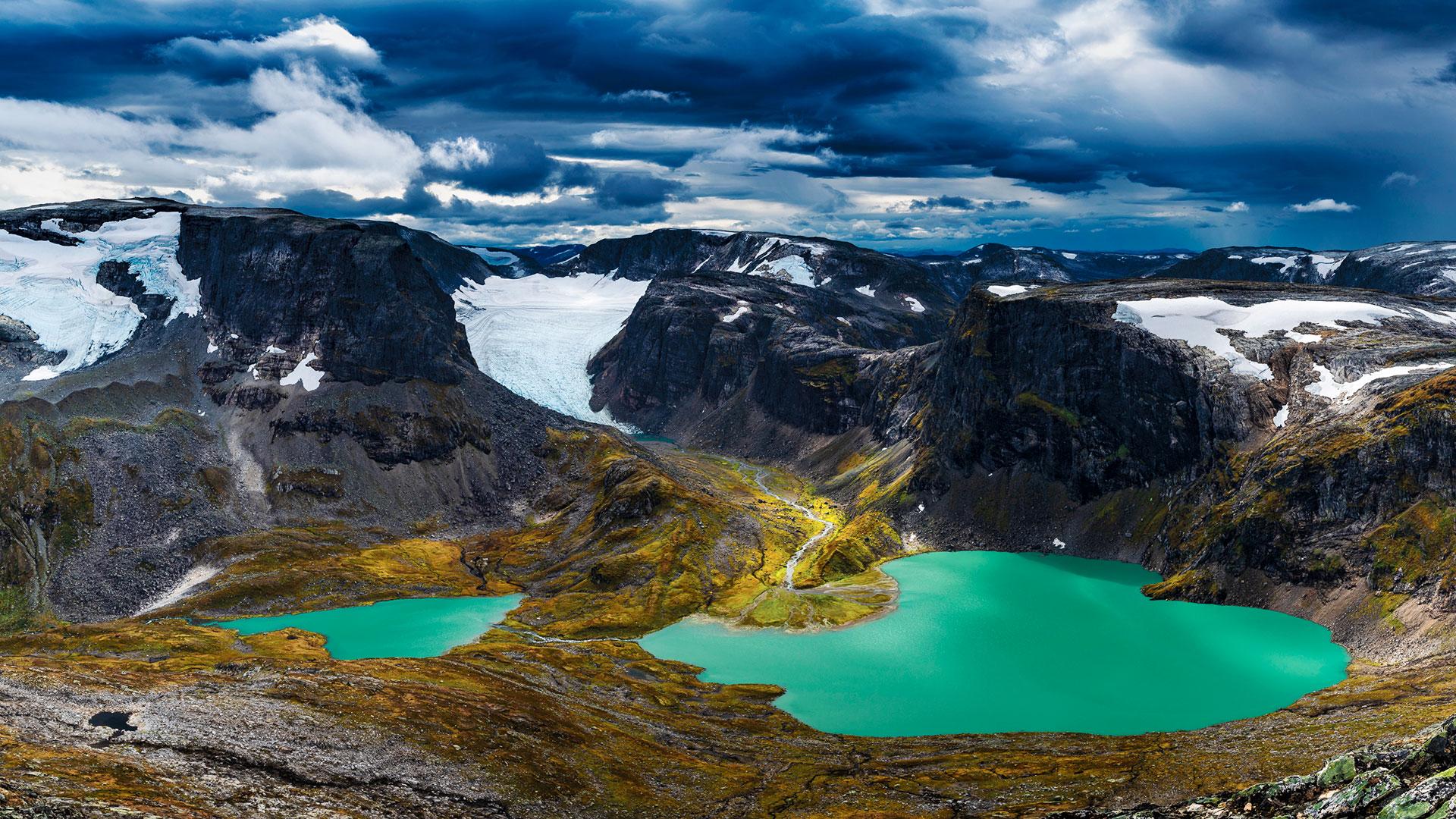 Grønt brevann mot fjellandskap, Sørsendalen og Botnafjellet.